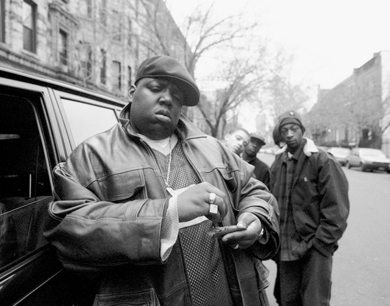 Rapper Notorious B.I.G. alias Chris Wallace  (1972 -1997) op straat in Brooklyn,  1995.  Beeld NY Daily News via Getty Images