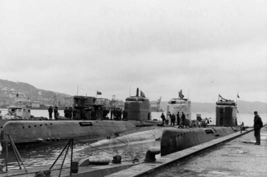 Drie duikboten van het type XXI in de haven van Bergen, Noorwegen. In het midden de U-2511.