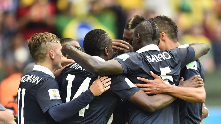 De spelers van Frankrijk vieren de penalty van Benzema: 1-0 tegen Honduras. Beeld afp
