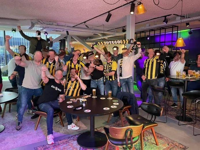 Een groep van ongeveer 25 mensen is zondagmiddag in de bedrijfskantine van Melis Transport in Duiven, om daar voetbal en Formule 1 te kijken. (Gezichten zijn onherkenbaar gemaakt)