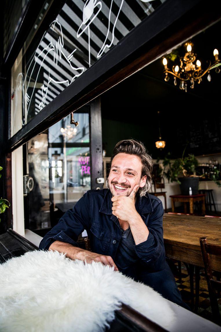 Wolfram Ghesquière: 'Ik hou van cafés die mensen uit eenzelfde wijk samenbrengen: studenten, gezinnen met kinderen, oudere buurtbewoners.' Beeld Aurélie Geurts