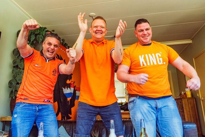 Het EK Voetbal mag niet in café De Potdeksel, wel daarboven, gewoon thuis. Eigenaar van De Potdeksel, Kris Besselse (39, zwart/witte kraag) viert het op de bank bij zijn zwager Wouter Rijpstra (34, t-shirt King) die werkt in het café en woont boven het cafe. Vriend Vincent Bax (38 Nieuwegein, midden) kijkt mee.