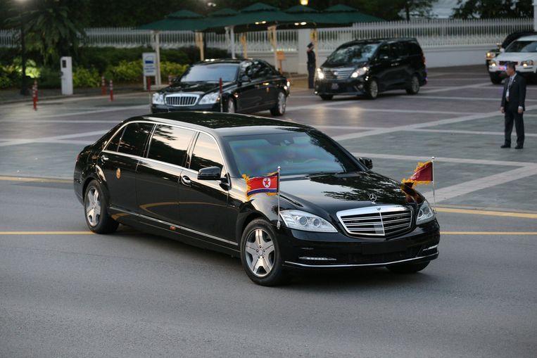 Kim Jong-un vertrekt in een verlengde Mercedes na zijn bezoek aan Lee Hsien Loong. Beeld REUTERS