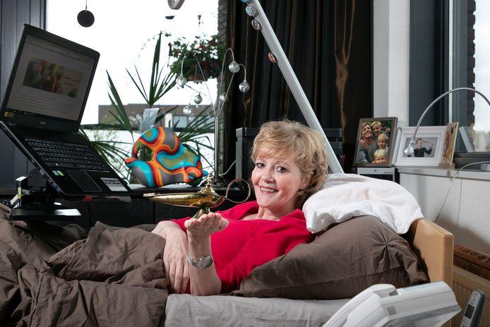 Elvire van Vlijmen  in haar bed vanwaar ze druk bezig is Wish Link op te zetten. De naam Wish Link stamt af van de gekregen Aladdin olielamp.