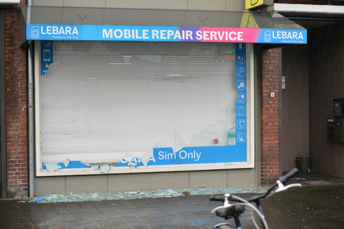 De telefoonwinkel na de snelkraak.