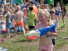 Met waterpistolen de hitte te lijf in Harderwijk