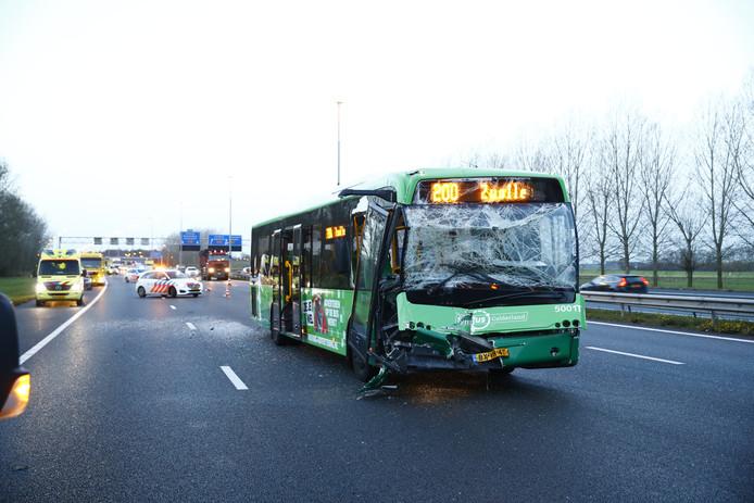 De voorkant van de bus is zwaar beschadigd door het ongeval.