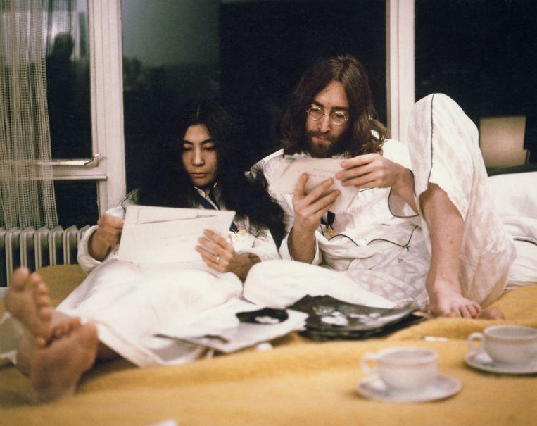 John Lennon met zijn vrouw Yoko Ono in Amsterdam in 1969. Beeld GETTY