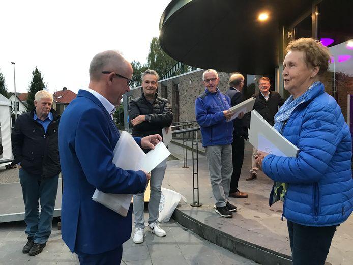 Omwonenden van het beoogde bedrijventerrein Misterweg voeren voorafgaand aan de raadsvergadering nog actie en bieden de raadsleden in Winterswijk een pamflet aan.