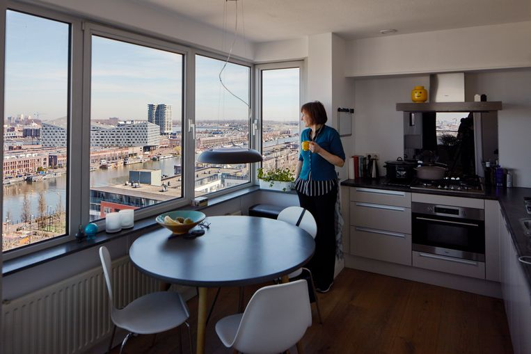 Corien Baart: 'Als het stormt bungelt de lamp boven de keukentafel'. Beeld Lars van den Brink