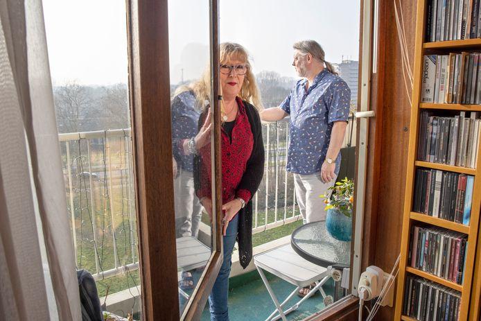Jan en Eline Pomp op hun balkon met uitzicht over de stad én de bouwput van de A16 Rotterdam.