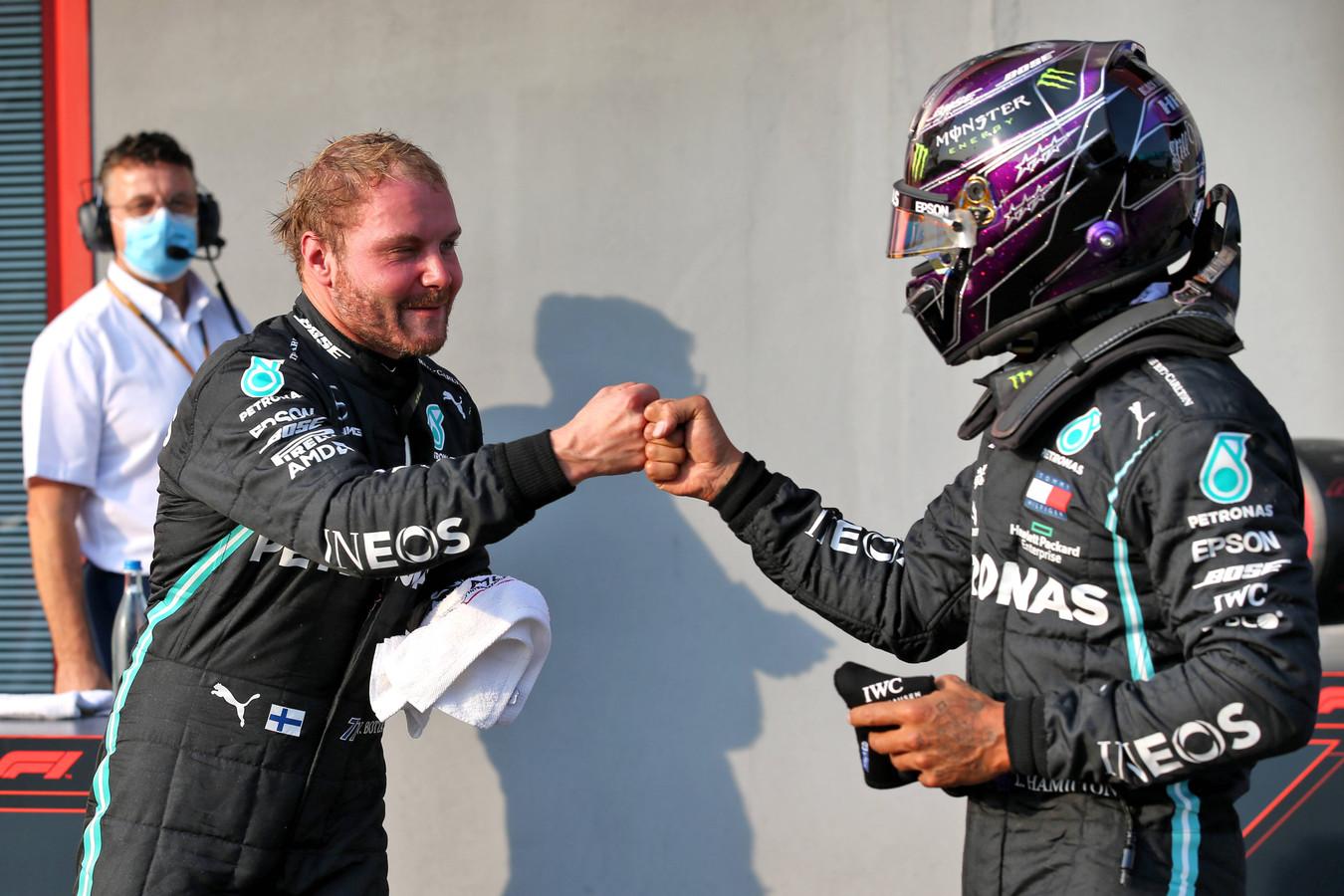 Valtteri Bottas geeft een boks aan Lewis Hamilton, die morgen voor de zevende keer wereldkampioen kan worden.