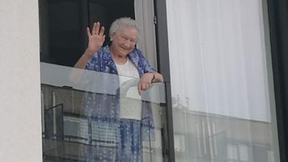 """Familie van Hubertine (90), die overleed aan coronavirus, doet oproep: """"We zoeken man die haar filmde toen ze naar ons zwaaide. Het zijn de laatste beelden van haar"""""""