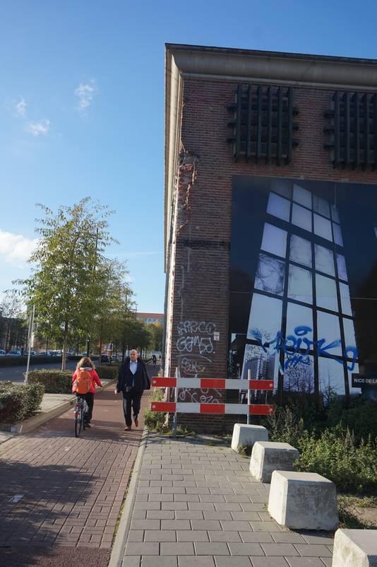 Met de hertontwikkeling komt er ook een stoep: om of door het gebouw.