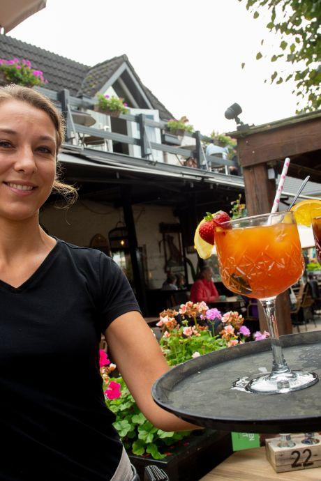 Marlijn heeft een scherp oog op het terras van Hotel de Vossenberg in Vierhouten, maar er is meer waarom juist zij de Parel van Jaar is