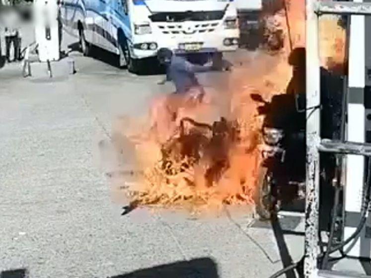 Motorrijder ontsnapt aan vlammenzee bij het tanken