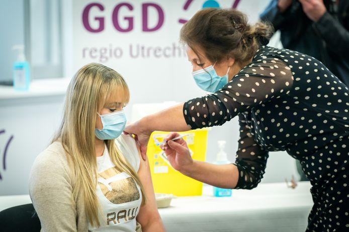 In Houten zijn de eerste vaccinaties met het BioNTech/Pfizer vaccin toegediend in het Expo Center.