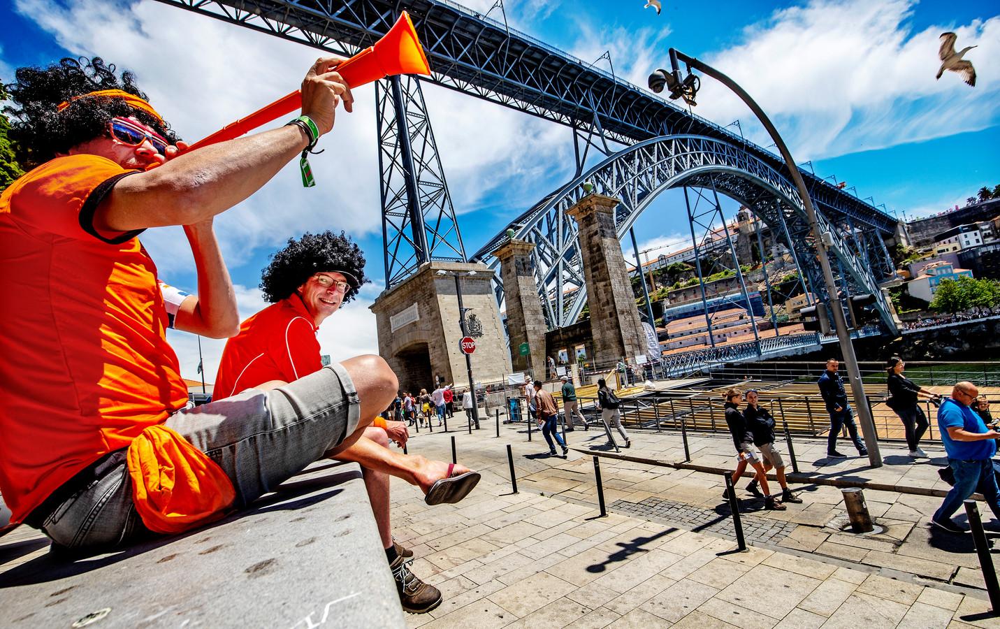Nederlandse fans genieten aan de borden van de  Douro van een heerlijk  Portugees middagzonnetje.