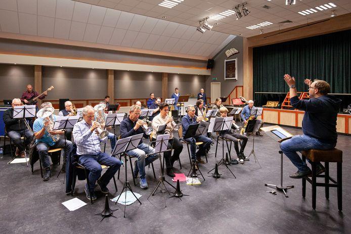 Plezier in Muziek is in dorpshuis De Parel in Rossum al druk aan het repeteren voor concerten in april 2022.