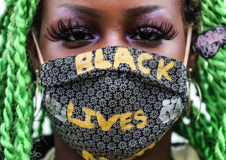 Een demonstrante bij het Black Lives Matter-protest van gisteren in Zuidoost. Beeld Eva Plevier