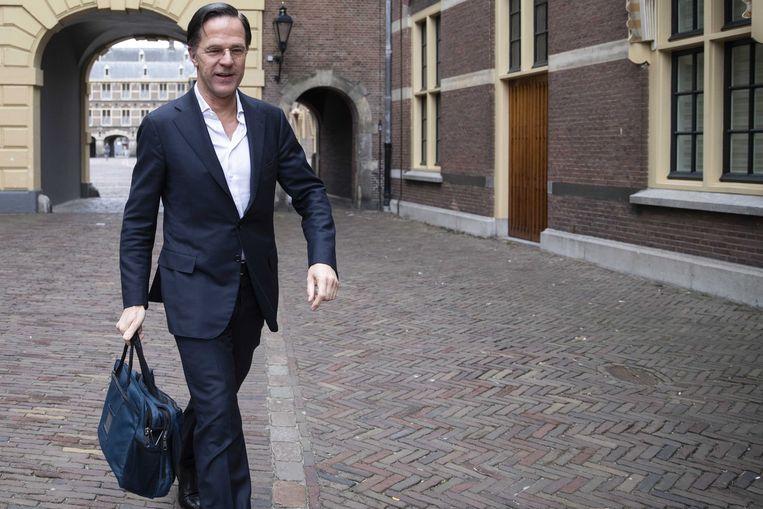 Aftredend Nederlands premier Mark Rutte komt aan op het Haagse Binnenhof de ochtend nadat hij een motie van afkeuring moest ondergaan. Beeld EPA