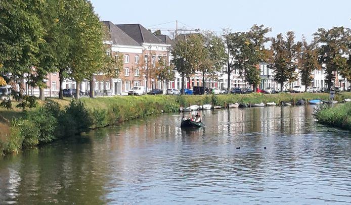 Ligplaatsen voor bootjes in de singels in Breda zijn zeer geliefd, zoals hier aan de Academiesingel.