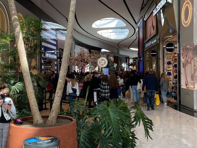 Er zijn heel veel bezoekers in de Mall of the Netherlands in Leidschendam.