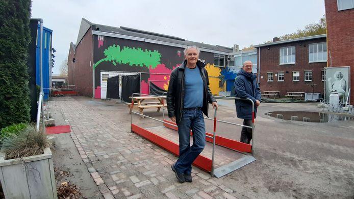 Ben de Vugt (l, Podium Bloos) en Gertjan Endedijk (Nieuwe Veste) op cultuurcluster Klavers Jansen in wijk Belcrum dat nieuw leven wordt ingeblazen.
