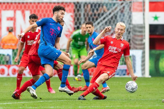 Mimoun Mahi (l) in actie tijdens het recente duel met FC Twente.