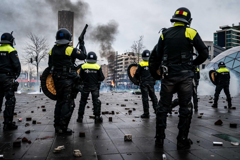 Politie probeert demonstranten te verjagen van het 18 Septemberplein in Eindhoven.