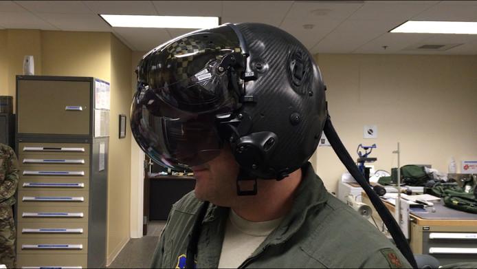 Een Amerikaanse F-35 vlieger demonstreert zijn helm van maar liefst een half miljoen euro.