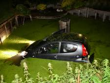 Even flink schrikken: auto raakt van de weg en belandt in met kroosrijke sloot in Kedichem