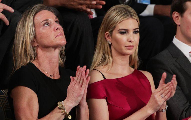 Met Ivanka Trump naast haar, luistert Carryn Owens naar de woorden van de president. Ze moest haar tranen bedwingen toen Trump haar man prees voor zijn heldhaftigheid. Beeld AFP