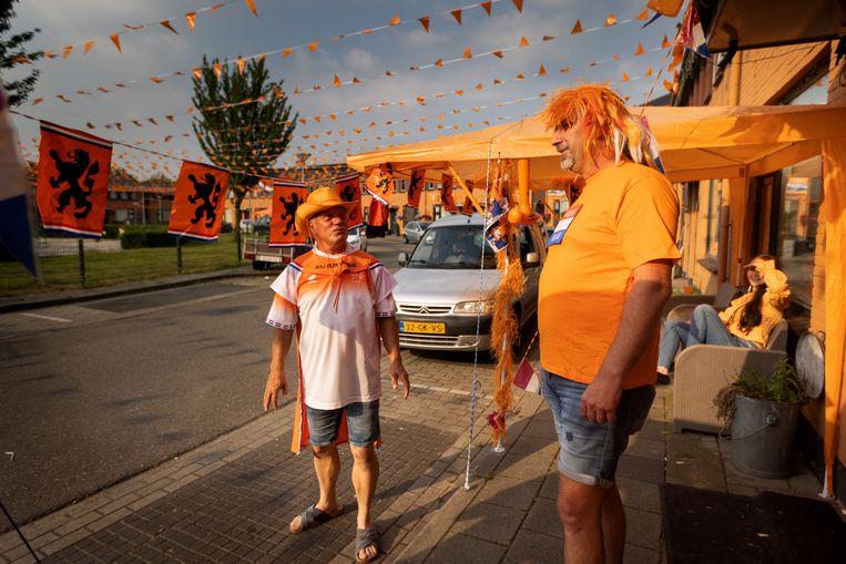 In de Vinkenbuurt in Almelo zit de sfeer er al goed in. De buurt loopt uit voor Oranje, coronavirus of niet. Beeld Herman Engbers