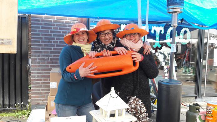 Mary-Antoinet Blenke, Cindy Schothuis en Cindy Ruiter (vanaf links) probeerden geld te verdienen voor een weekendje weg.