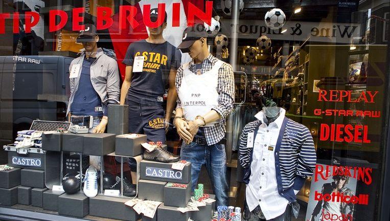 Dat onze 'exportpsychopaat' in de herenwinkel op de Nieuwendijk te bewonderen is, berust volgens manager Roy van Dijk op 'puur toeval'. Foto Amaury Miller Beeld