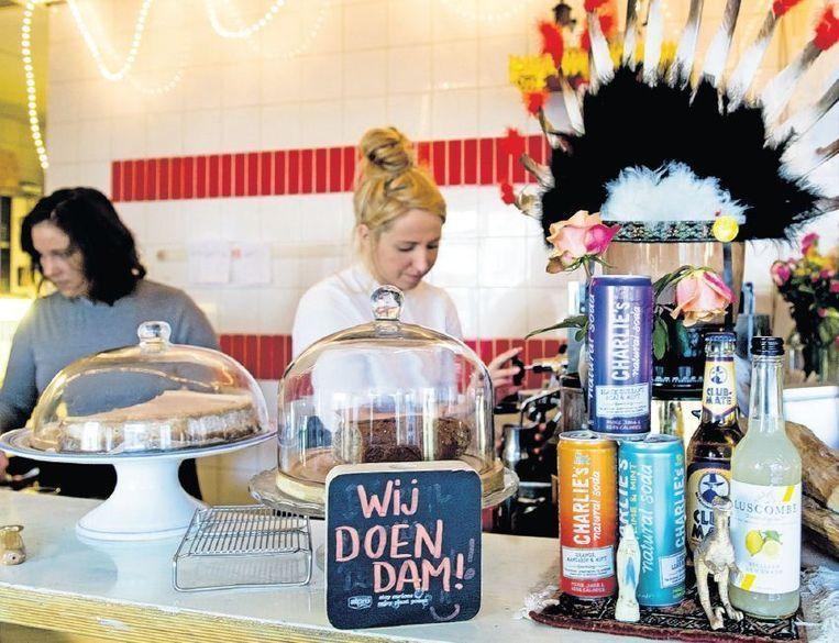 Bij de Rotterdamse broodjeszaak Charlie's Kitchen kunnen klanten met Dam betalen. Beeld Robin Utrecht