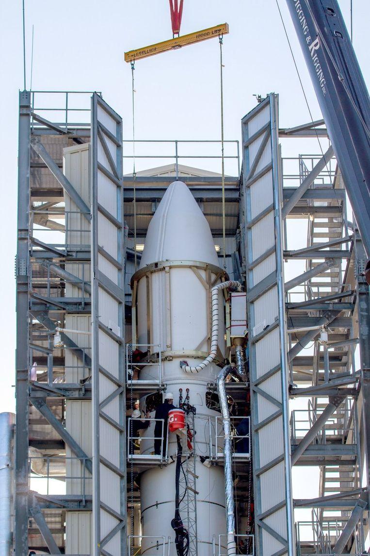NASA-technici eind augustus aan het werk in de lanceerinrichting op Wallops Island. Beeld AFP