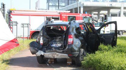 Bestelwagen knalt achteraan op auto op kruispunt Roeselaarse ring