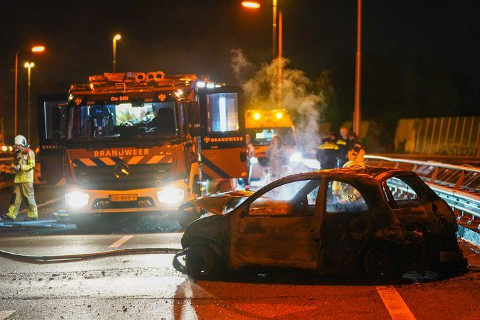 De auto werd volledig door de brand verwoest.
