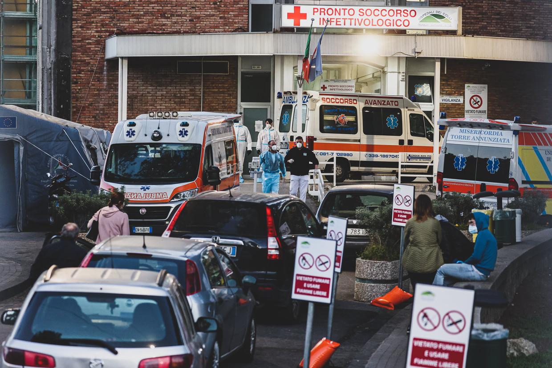 Italiaanse covidpatiënten schuiven aan bij het Cotugno-ziekenhuis is de zwaar getroffen stad Napels.  Beeld Photo News