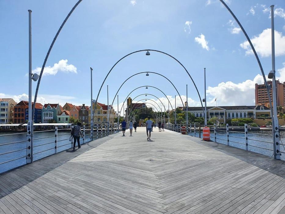 De vrijwel lege koningin Emmabrug, bekend als de pontjesbrug, in Willemstad.