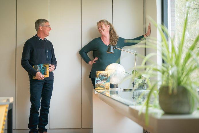 Bouwine Bergsma (rechts) en Gerard Jagers schreven een boek over het ontstaan van heelal, de aarde en het leven.