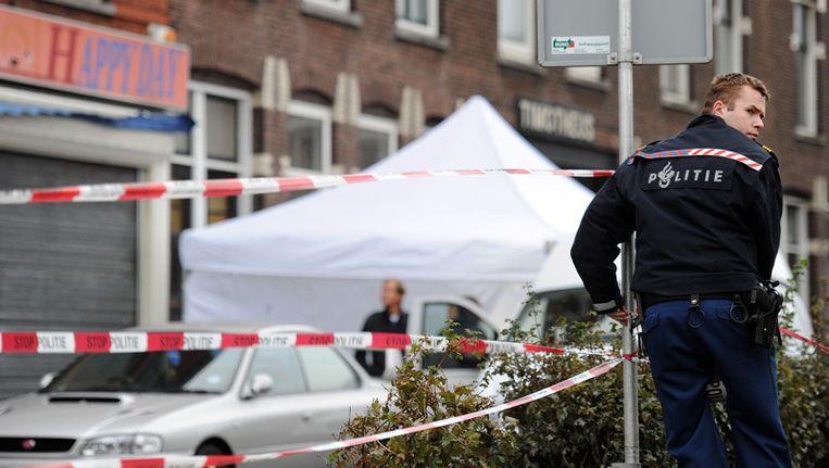 Politieagenten doen onderzoek in een huis aan de Boergoenestraat in Rotterdam, waar vermoedelijk het lichaam is gevonden van de 10-jarige Jennefer van Oostende. © ANP Beeld