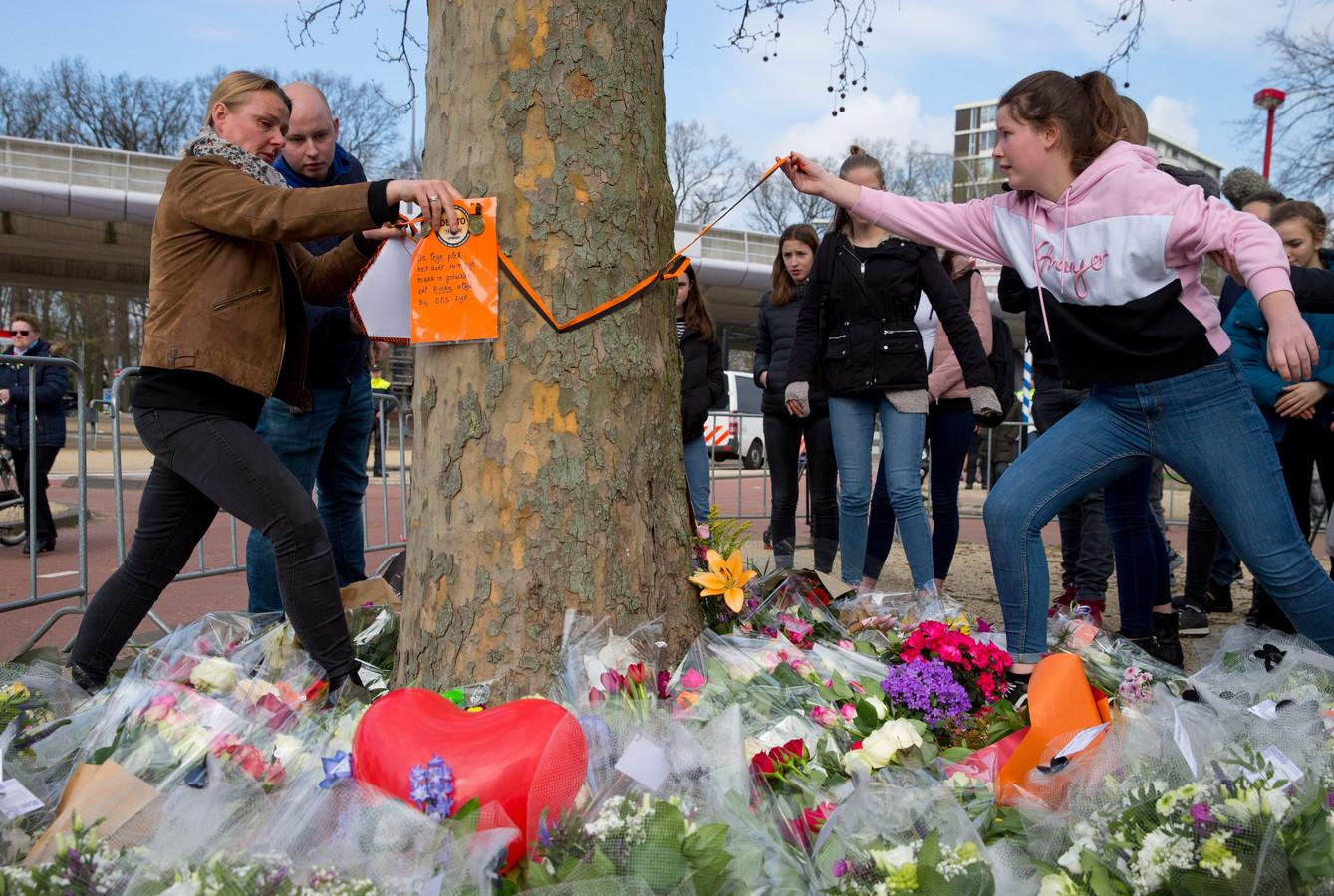 Mooie woorden worden voor de doodgeschoten Rinke Terpstra op een boom in Utrecht bevestigd. 'Het doet zo'n pijn, maar Rinke zal altijd in onze gedachten zijn.'