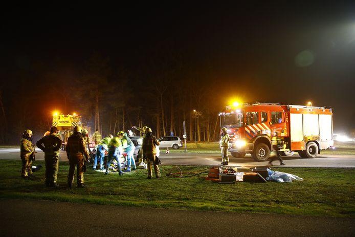 Hulpverleners aan het werk op de Eperweg, aan de voet van de A28.