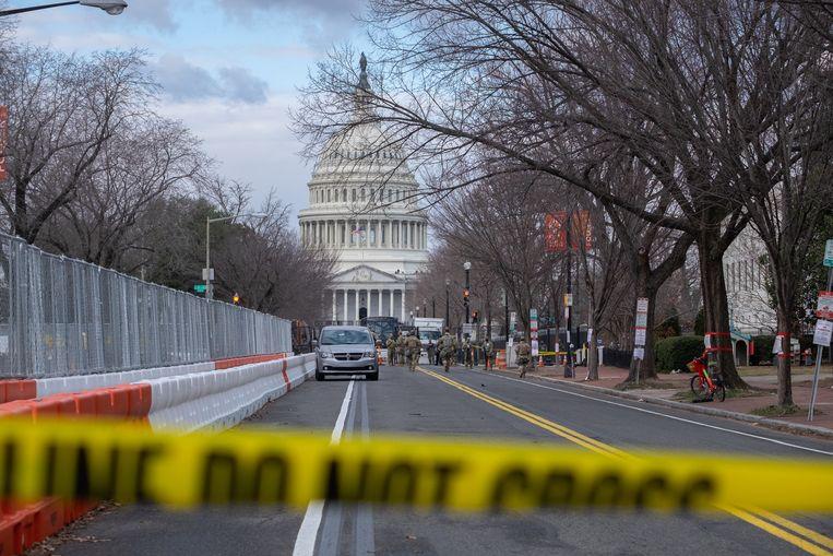 Een afgesloten straat in Washington DC tijdens de inauguratie van Joe Biden. Op de achtergrond het Capitool. Beeld Eline van Nes