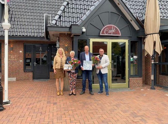 Bloemen en een beeldje voor Harrie Evers uit Agelo, met van links naar rechts Melanie Maatman (bestuurder Mijande Wonen), Ineke Peddemors- Wolffer op Veldmeijer (tweede prijs), winnaar Harrie Schröder en wethouder Ben Blokhuis.