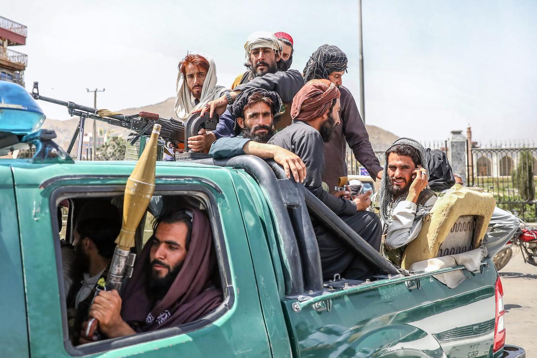 Talibanstrijders rijden door Kabul. Beeld EPA