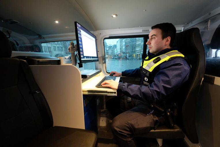 Inspecteur Nick Van Elslander aan het werk op een scherm in een nieuwe combi.